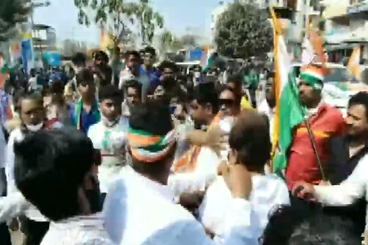 Gujrat: BJP congress workers clash during municipal corporation election campaign in Vadodara, made weapons of party flags, started fighting, watch video| national News in Hindi