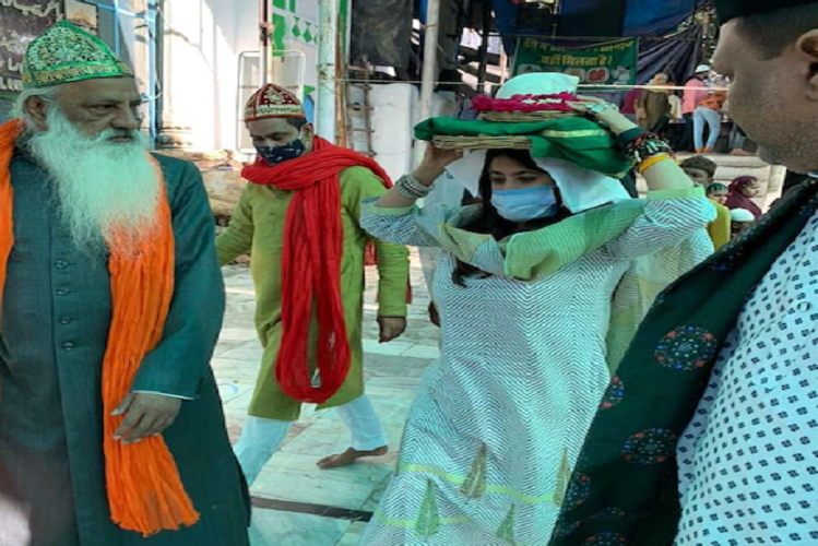 Ajmer: For the success of the web show 'The Married Woman', filmmaker Ekta Kapoor climbed the Ajmer Sharif Dargah with a chadar, head chadar, photos went viral| entertainment News in Hindi