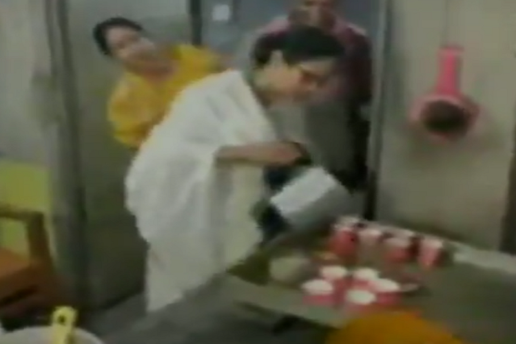 Assembly Election 2021: As soon as the election comes, the leaders start getting colored ..! Today Mamta Banerjee reached Nandigram, made tea with her hands at the tea shop, then gave customers a drink| national News in Hindi