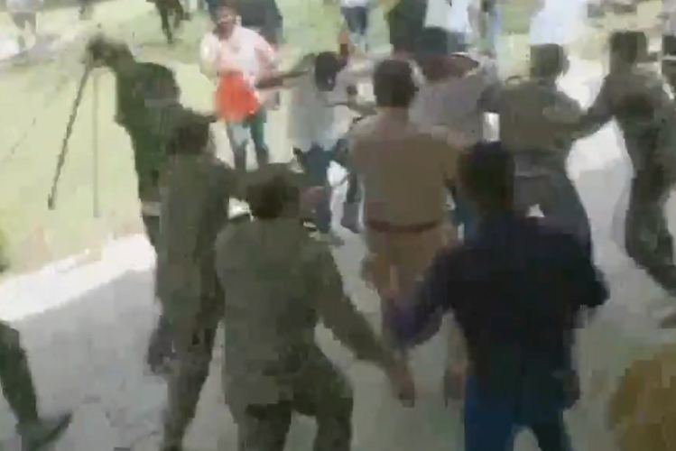 Jaipur: Police showered sticks on ABVP members in Rajasthan University, activists were demanding bonus points to college students| national News in Hindi