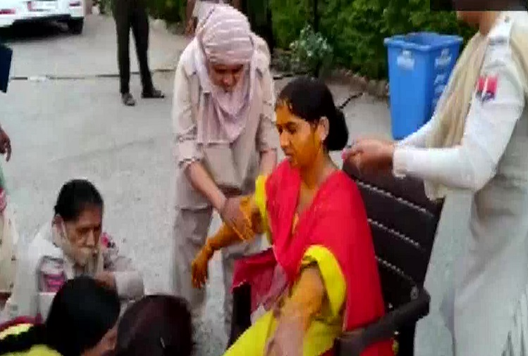 What will Corona do? In Rajasthan, the wedding of this lady constable was postponed due to Corona last year, this time the holiday was not given, then the ritual of turmeric took place in the police station, fellow women employees performed turmeric in dungarpur police station