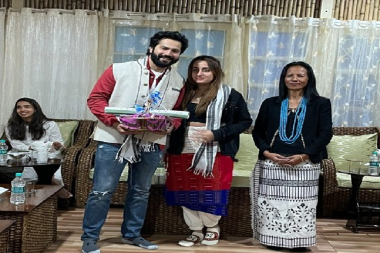 Bollywood actor Varun Dhawan along with wife gives Rs 1 lakh aid to fire victims, picture going viral on social media | entertainment News in Hindi