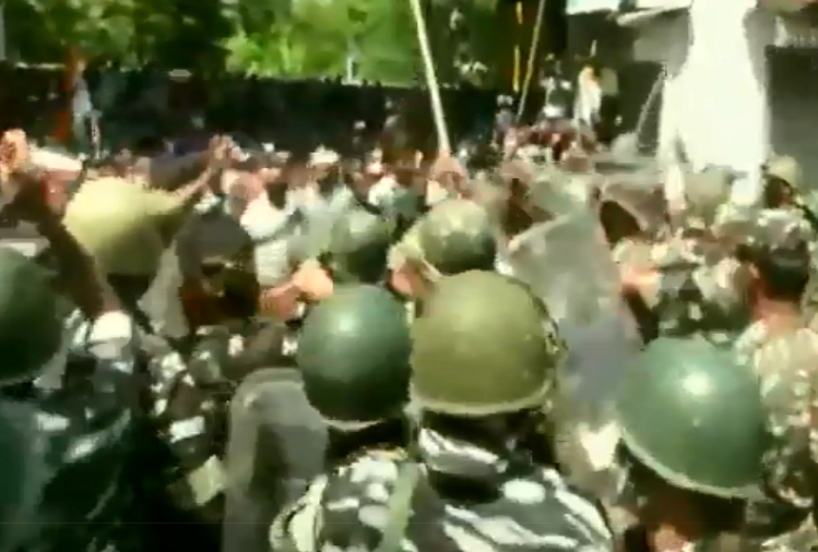 here is a ruckus in West Bengal ..! TMC supporters protest in Kolkata after CBI raid, Security Forces showers sticks, watch video