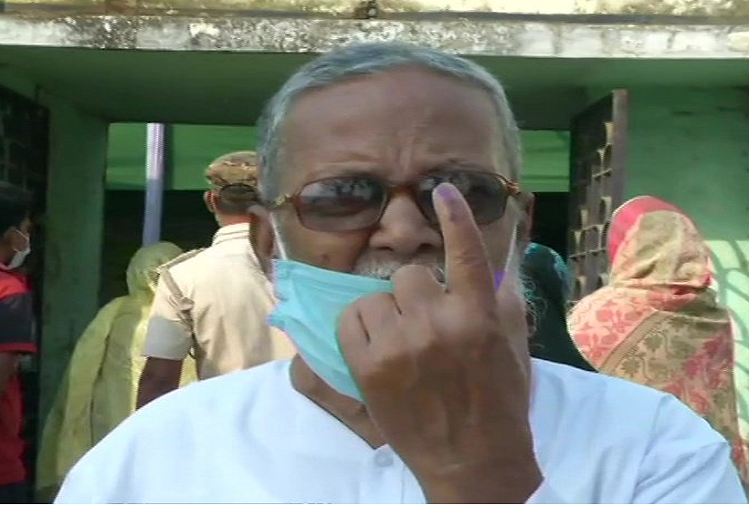Voting continues under by-elections in 30 assembly and 3 Lok Sabha seats of the country, 40.23 percent voting in Jangipur seat of West Bengal till 11 am, so many percent voting in Bhawanipur?
