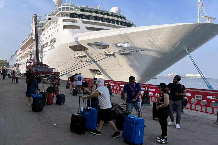 Cruise Drugs Party Case: Mumbai's Esplanade Court today sent these four people to NCB custody till October 11 in the cruise drugs case? All four accused were arrested this morning itself, 8 accused including Aryan Khan were also detained by NCB  entertainment News in Hindi